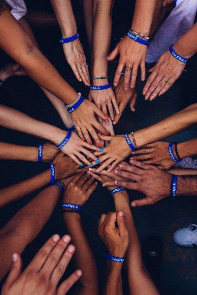 Karriere Alle Hände des Teams treffen sich in der Mitte